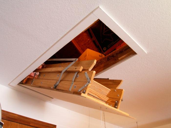изображение чердачного люка с лестницей