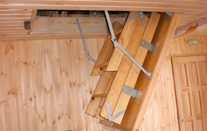 пример деревянного чердачного люка с лестницей