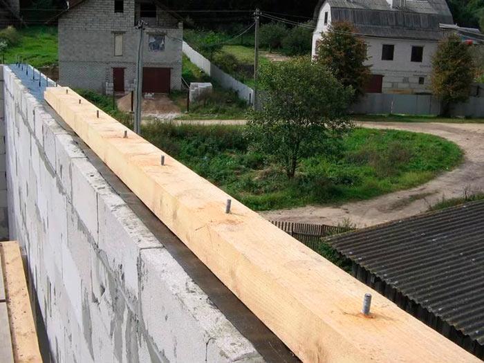 установка мауэрлата на гидроизоляцию для мансарды