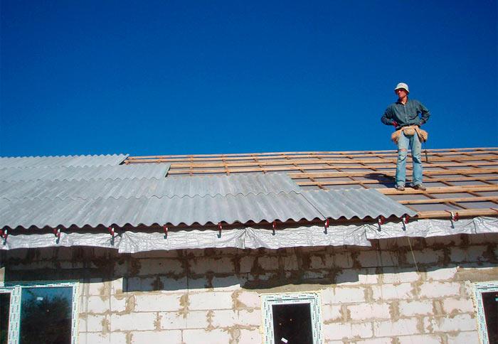 крыша, покрытая волнистым шифером