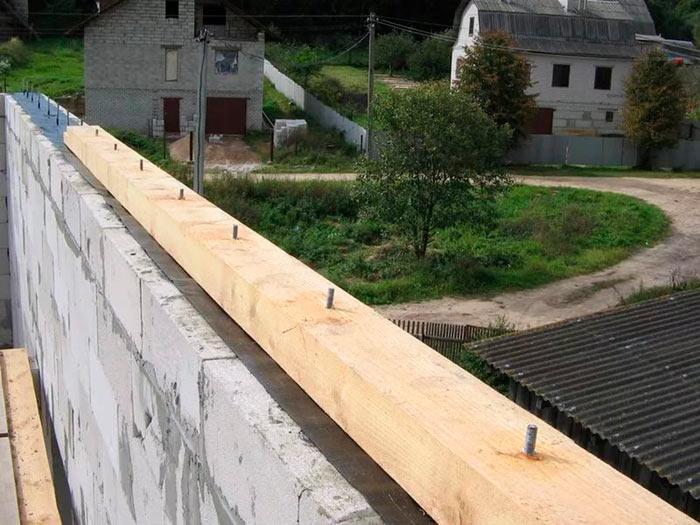 установка мауэрлата перед креплением стропил