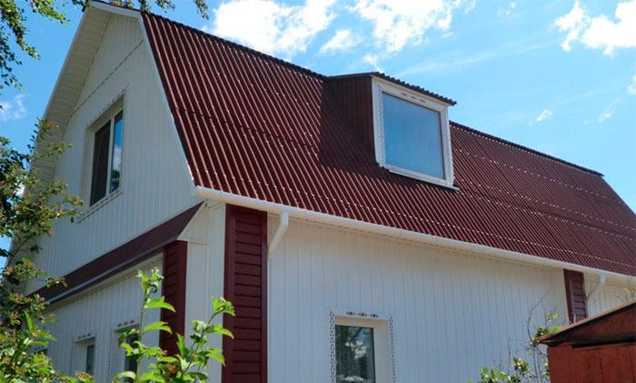 дом с уложенным на крышу ондулином