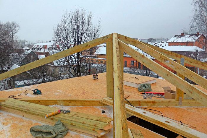 закрепленные стропила на шатровой крыше