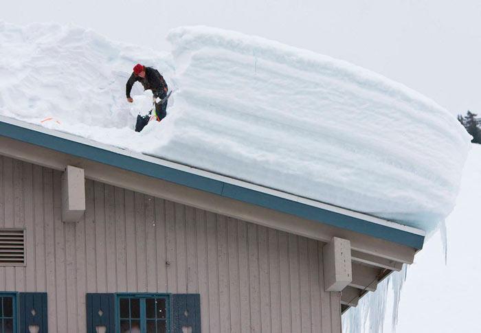 очистка односкатной крыши из профнастила от снега