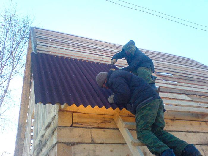 процесс укладки ондулина на крышу