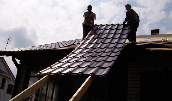 подъем листа металлочерепицы на крышу