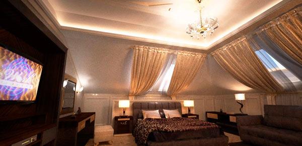 спальня под многоскатной крышей