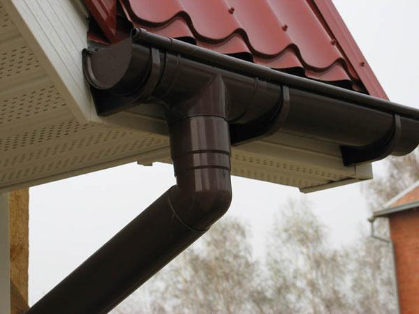 водосточная система из пластика для отвода воды