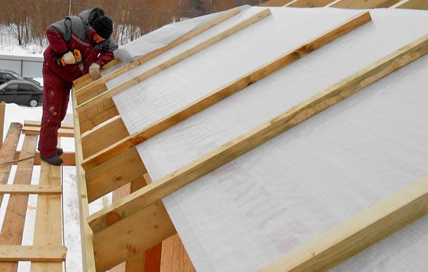 крепление контробрешетки на стропила крыши под металлочерепицу