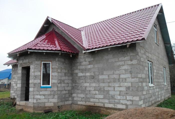 дом из блоков покрытый металлочерепицей