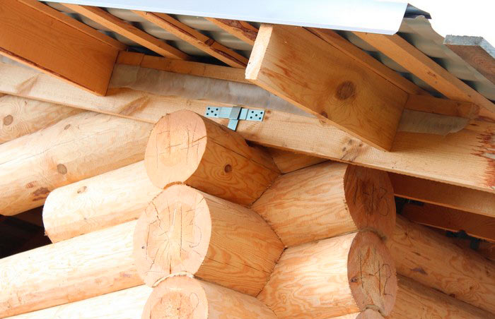 прикрепленные стропила к деревянному срубу