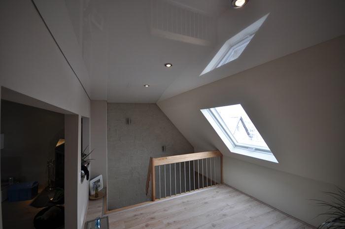 фото натяжного потолка на мансардном этаже