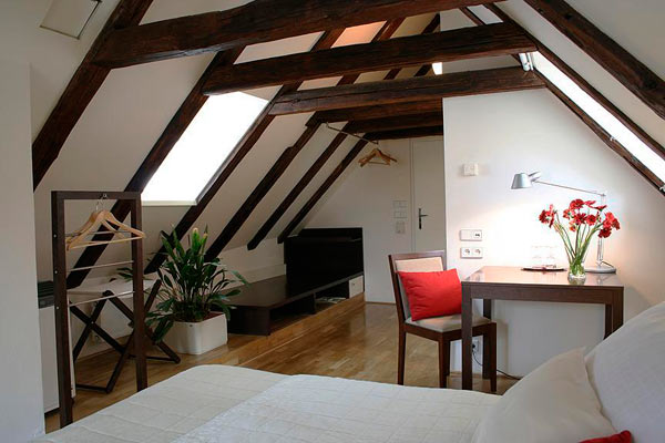 отделанная мансардная комната
