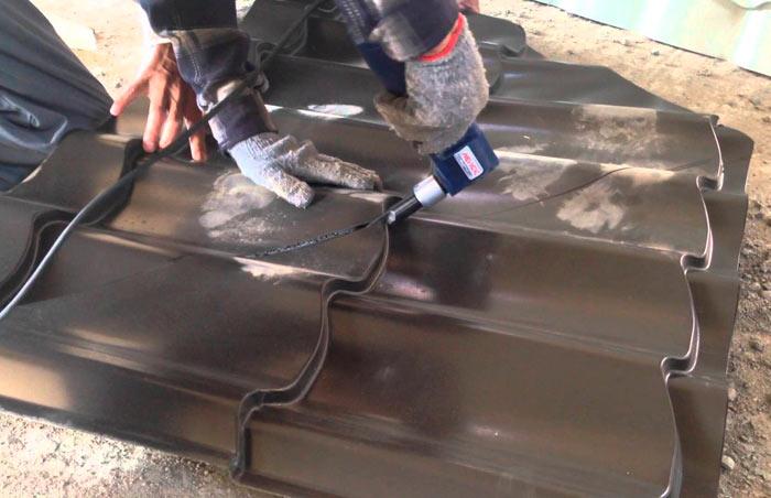 резка высечными ножницами металлочерепицы