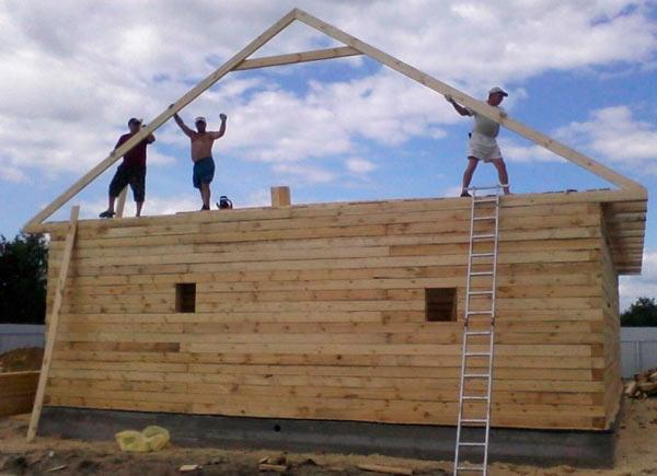 установка фронтонных стропильных ферм двускатной крыши