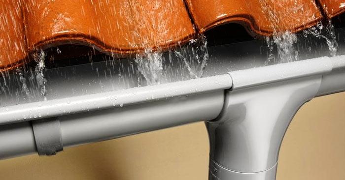 отвод осадков через металлический водосток
