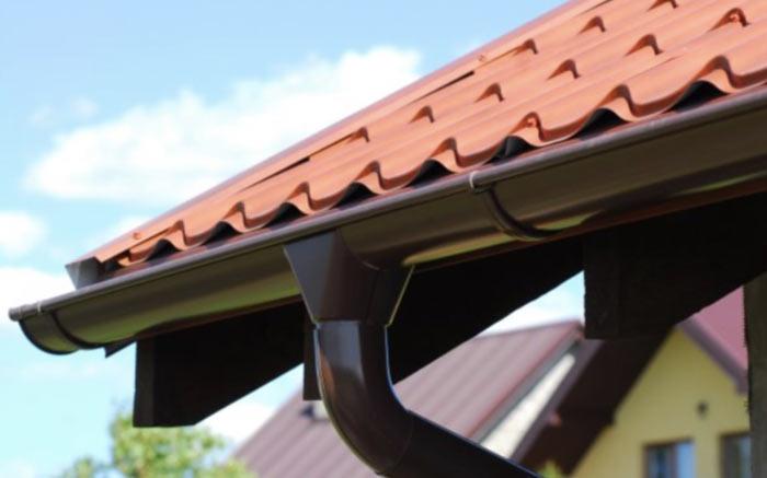 пример металлического водостока для крыши
