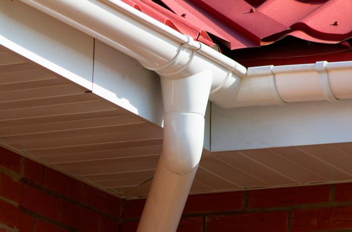 пример пластикового водостока для крыши