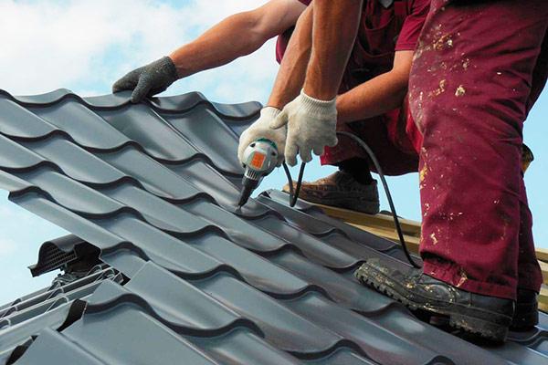 резка листов металлочерепицы на крыше