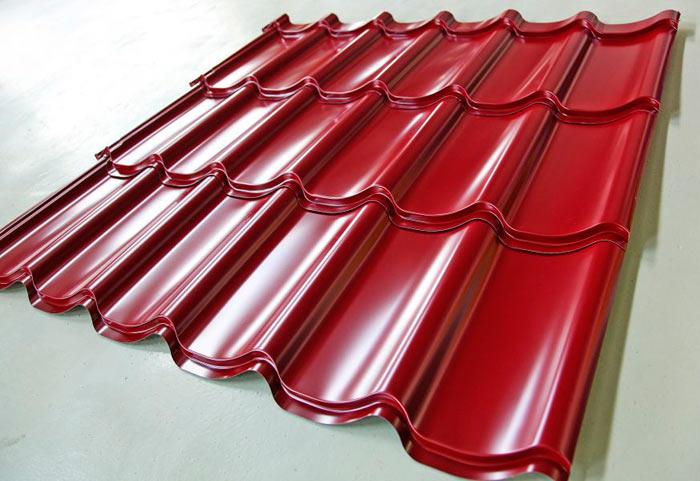 лист металлочерепицы красного цвета
