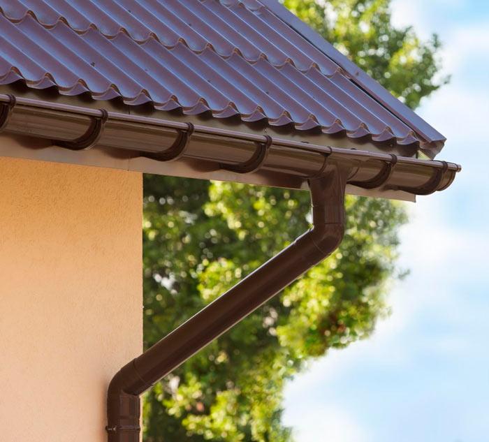 преимущества пластикового водостока для крыши